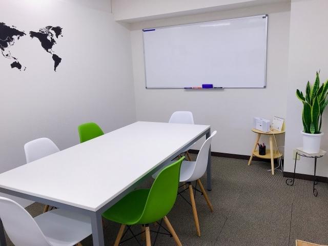 ビヨンドのグリーンルーム 緑と白の椅子とテーブルがあります