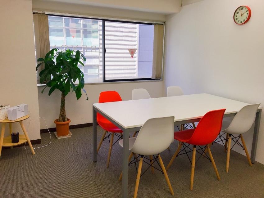 ビヨンドのレッドルーム 赤と白のおしゃれな椅子とテーブルと植物があります
