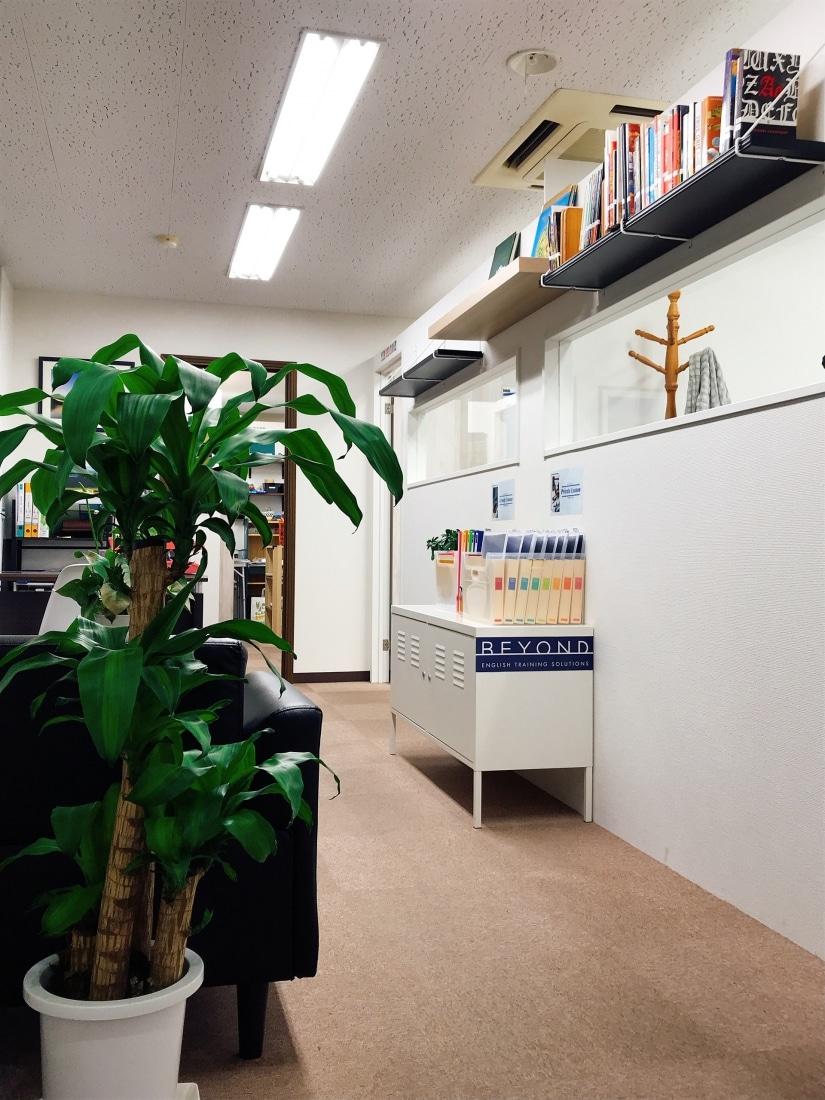ビヨンドのロビー 植物と生徒ファイルが見えます
