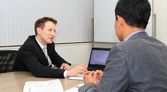 マンツーマンのビジネス英会話レッスンでプレゼンテーションの説明しています