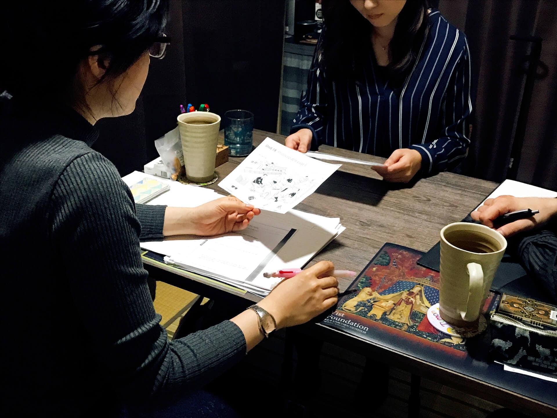 お友達と一緒に2人の女性が旅行英会話を学んでいます