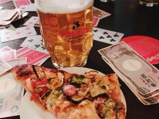 ゲームナイトで食べた大きなピザとビール