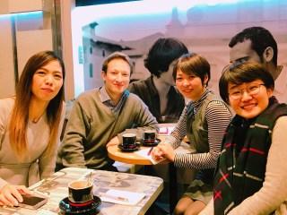 3人の女性と先生がカフェレッスンで英語を楽しく学んでいます