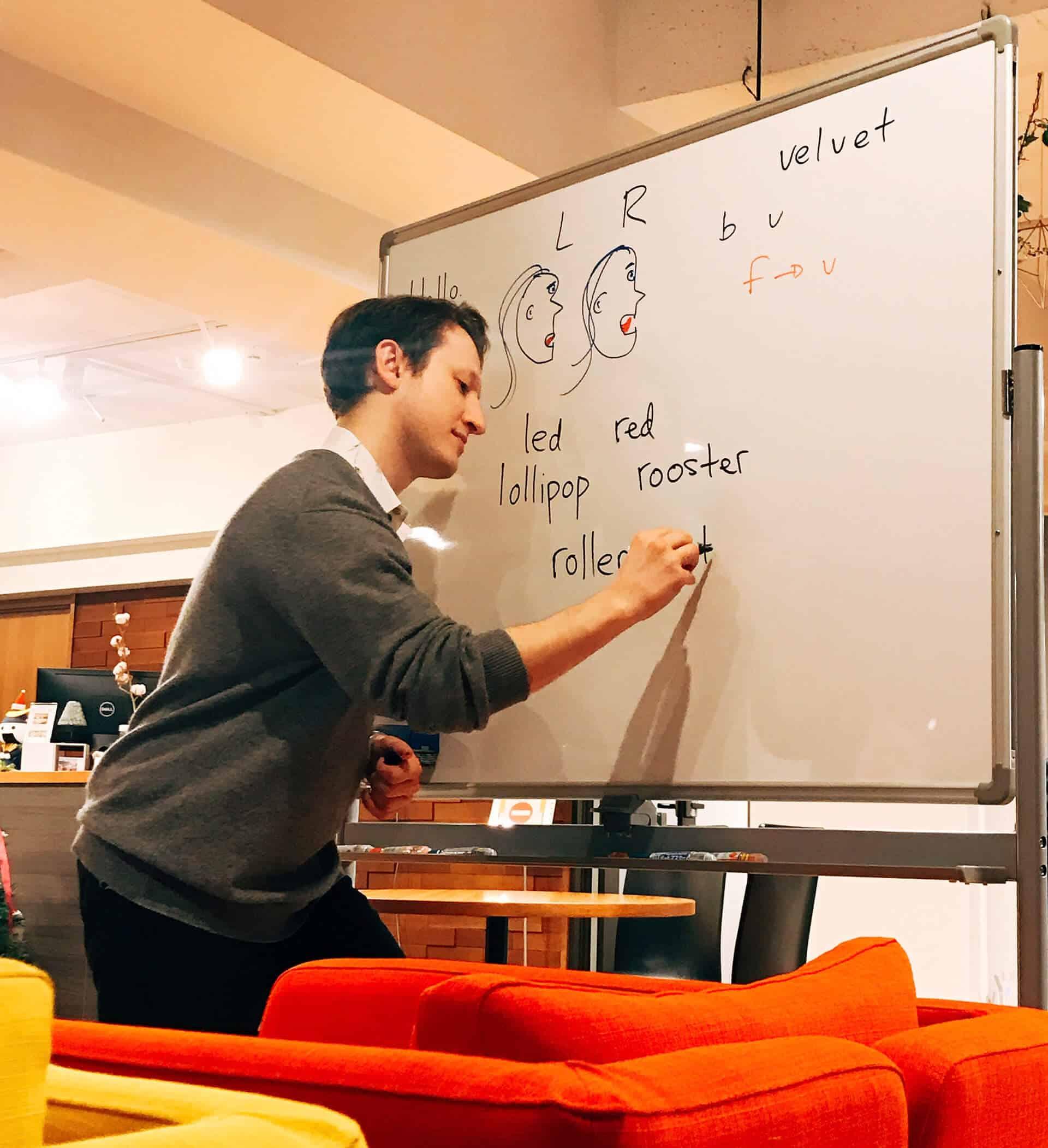 初心者レッスン 先生は発音の練習をするためにホワイトボードに書いています