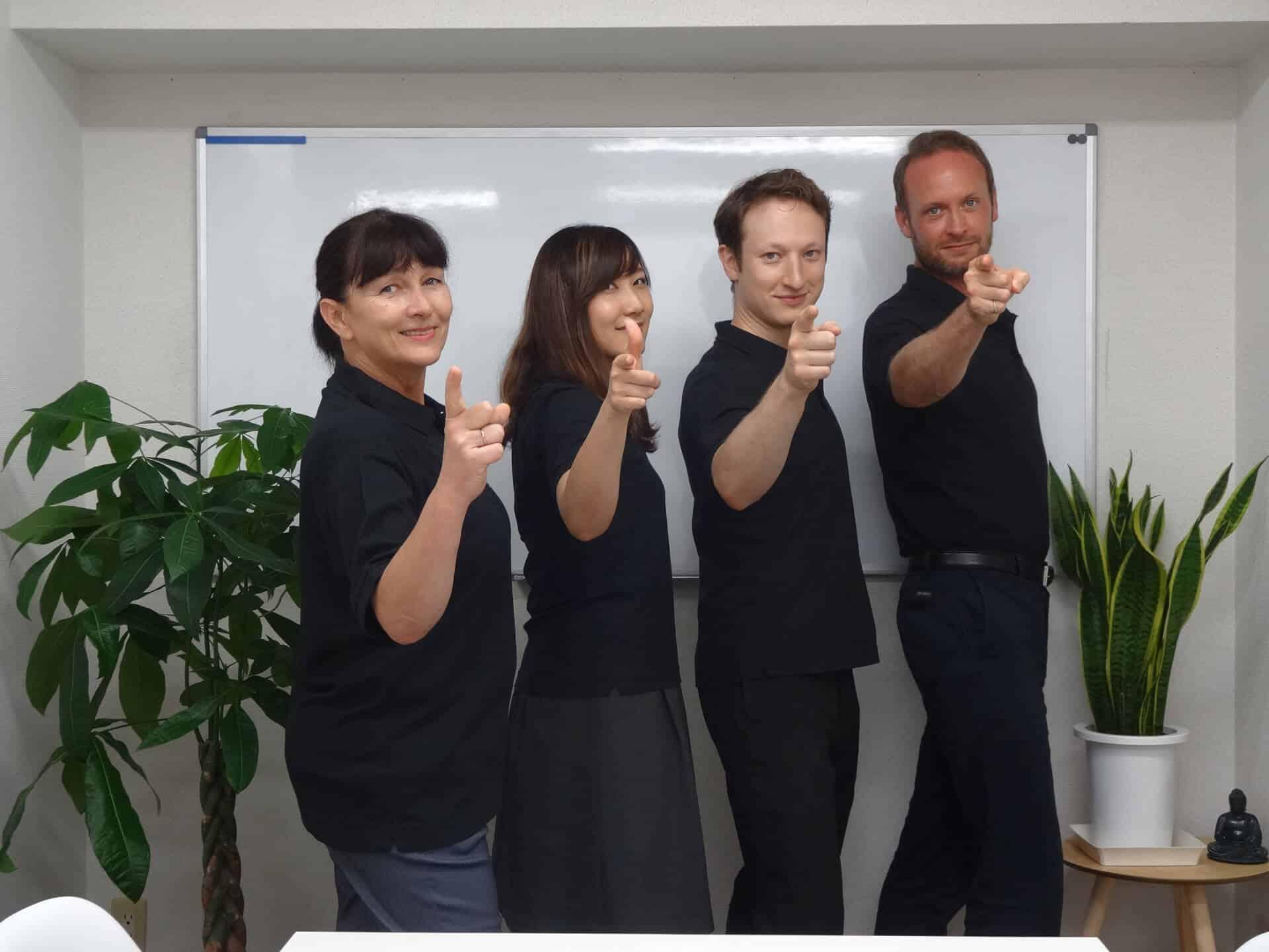 ビヨンドスタッフ 4人の先生とスタッフが指をさしてあなたを見ています