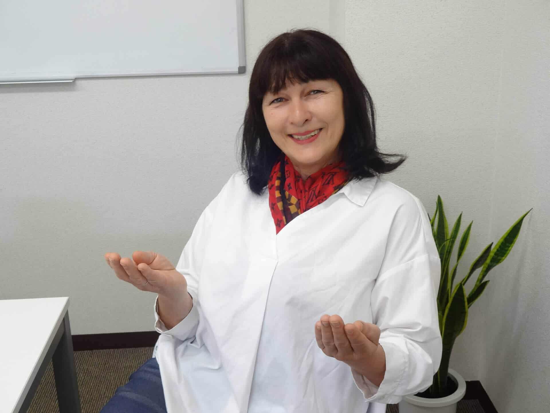 キッズ主任講師ベリンダが両手を広げて笑顔