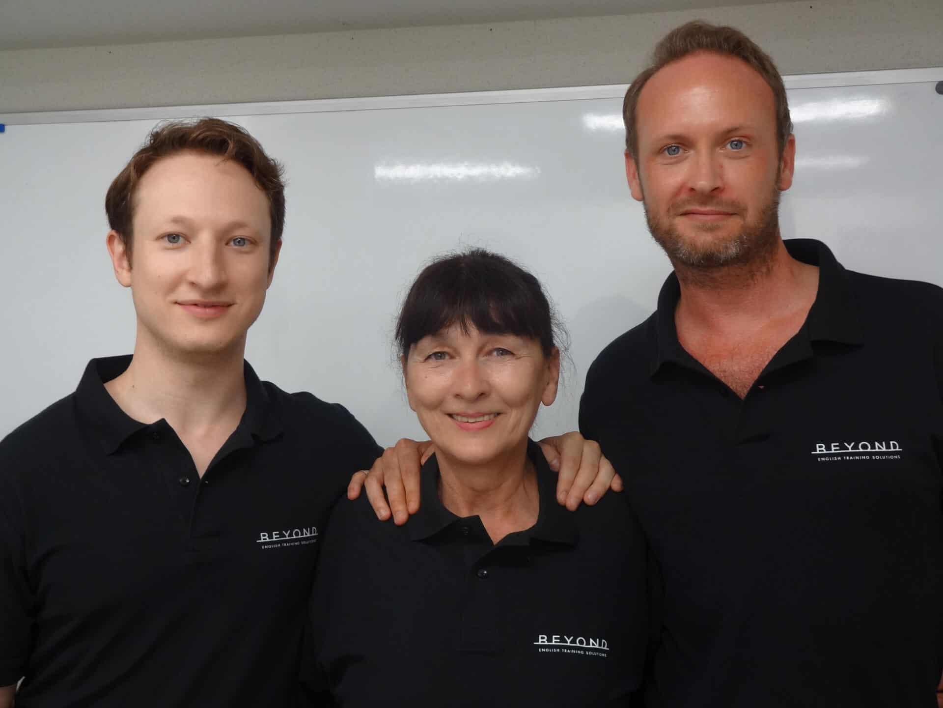 ビヨンド講師がビヨンドのポロシャツを着て3人並んでいます