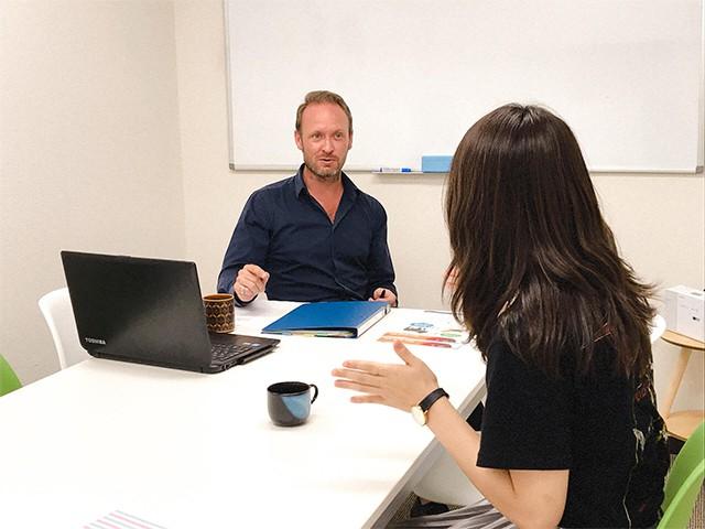 プライベートレッスンで生徒が自分の経験談を英語で先生に説明しています
