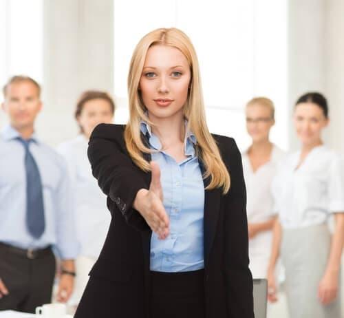 外国人の女性が握手を求めています