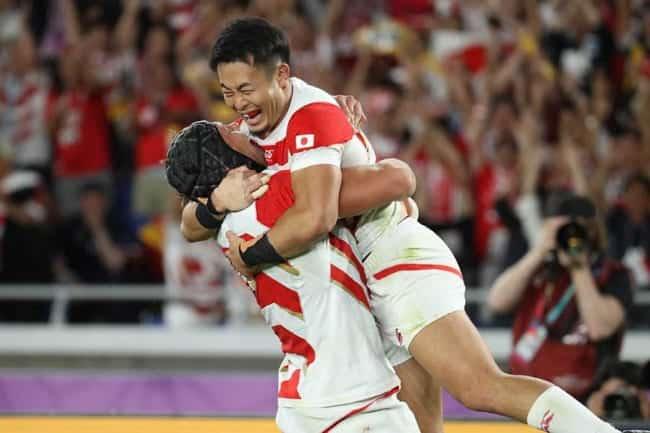 日本ラグビー選手2人がうれしくて抱き合っています