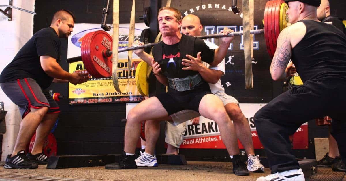 筋肉粒々の男たちが鍛えています