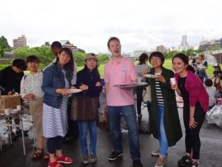 ビヨンドバーベキュー先生と生徒たち、マーク先生と笑顔の生徒たち