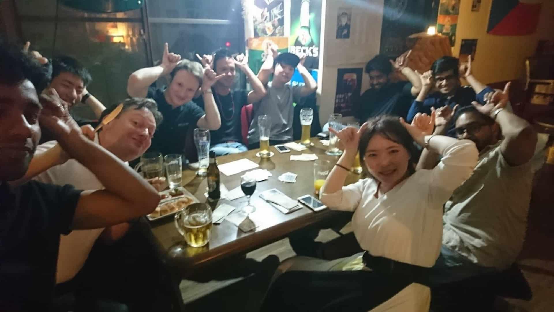 チェスコヤでゲームナイト 外国人と日本人でウサギさんポーズをとっています