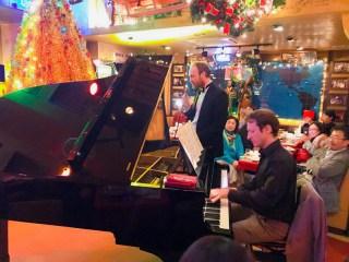 英会話ビヨンドの先生ピアノを弾いて歌う