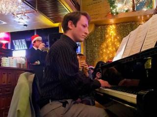 ビヨンドのマークはピアノを弾く