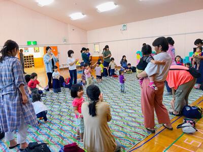 パドマ幼稚園でベビークラス 親子一緒にダンスをしています