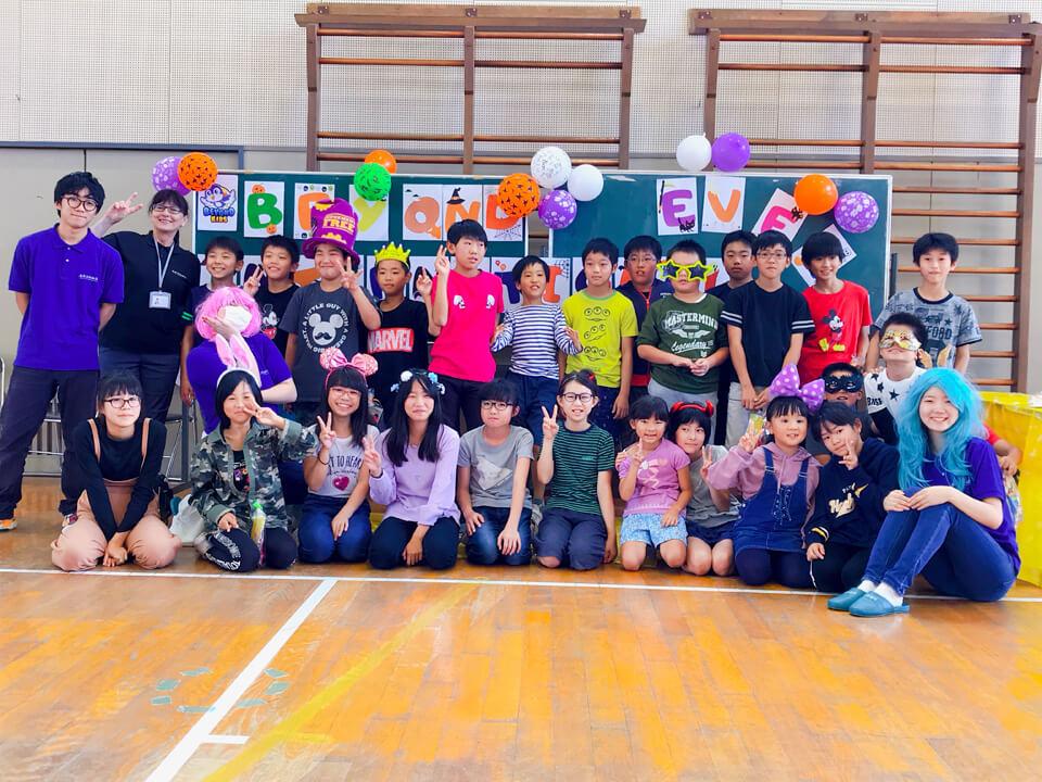 山形の小学校で国際交流イベント みんなで集合写真撮りました