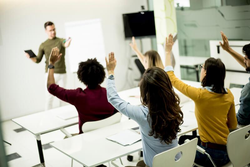 授業中に生徒が手を挙げている