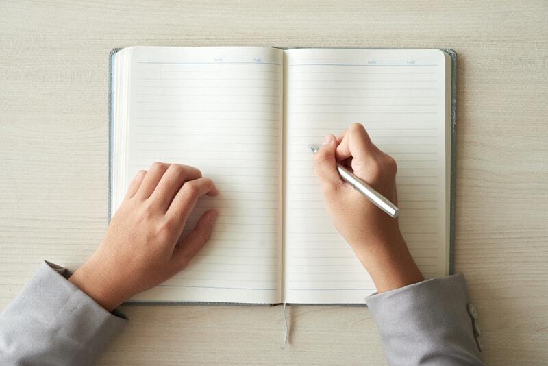 ノートに何か書こうとしている