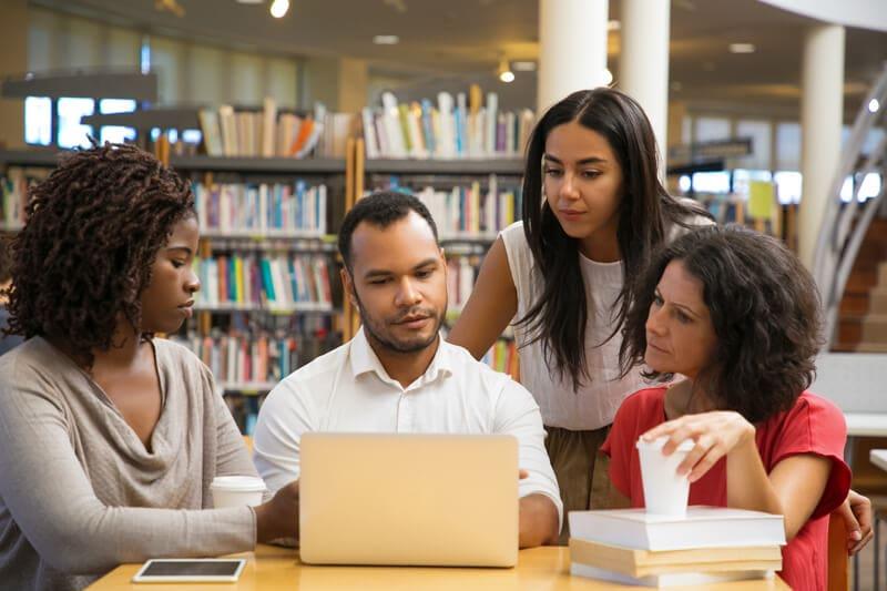 学生が図書館で勉強している