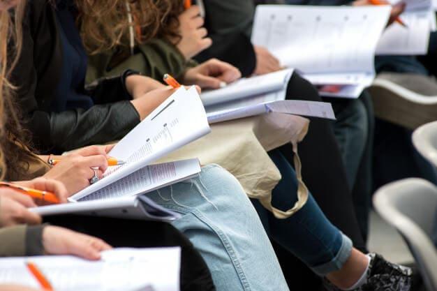 生徒達がノートを取っている
