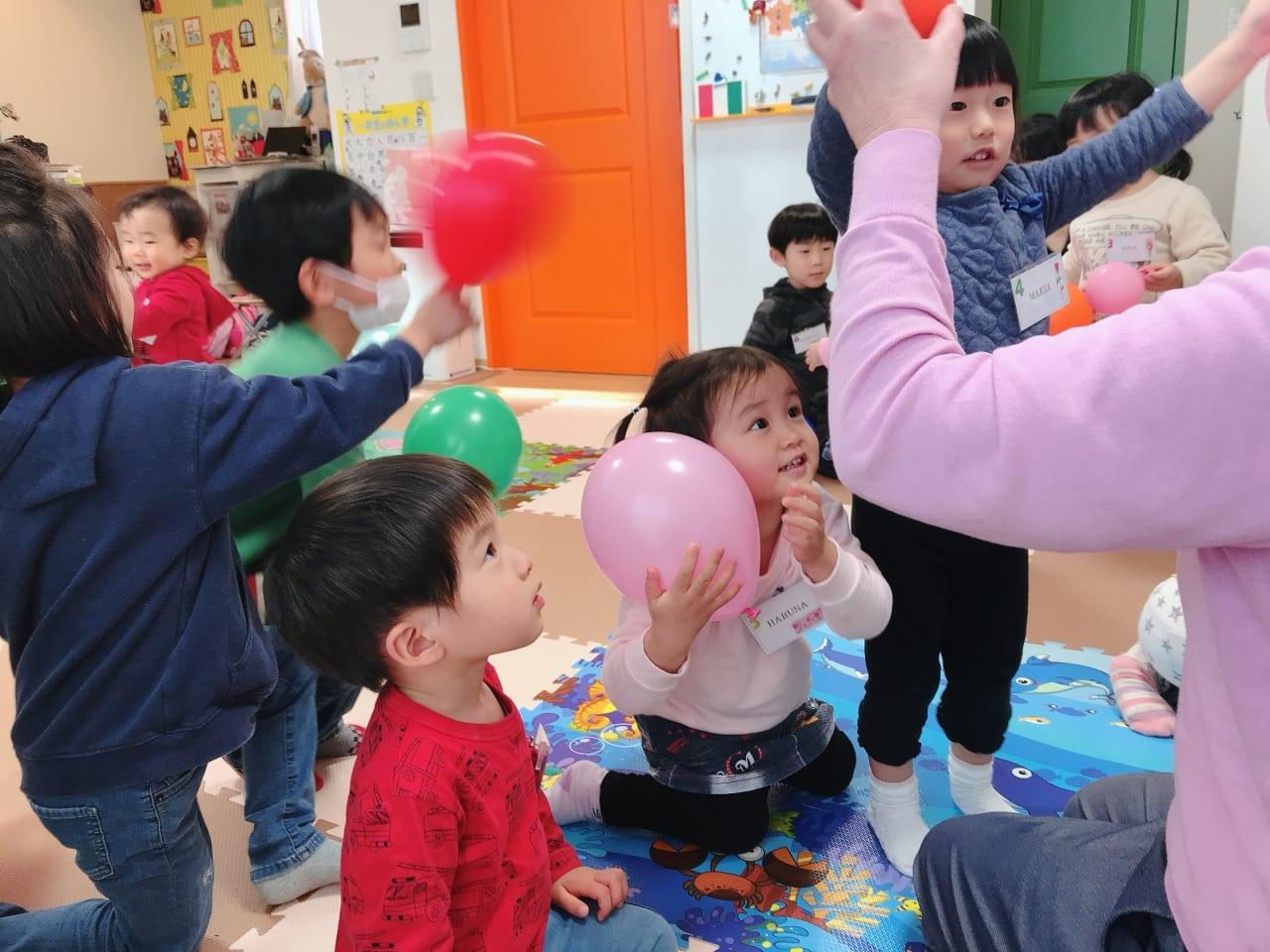 リトルバード保育園で英語の先生と一緒に遊ぶ子供達