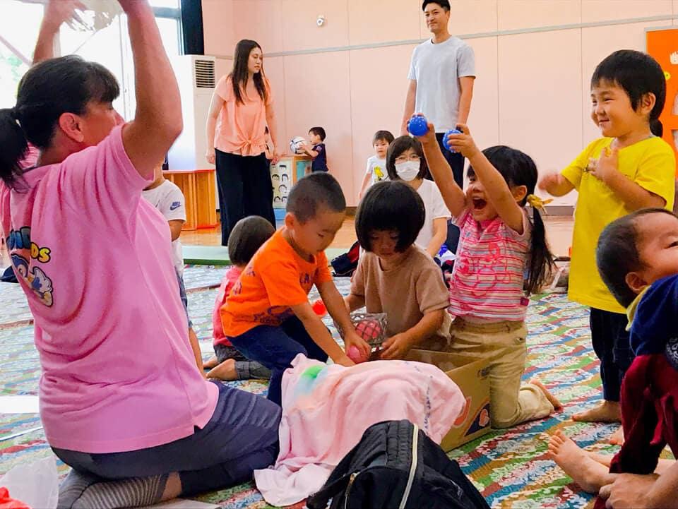 0‐2歳クラス 女の子と先生がボールで遊んでいる